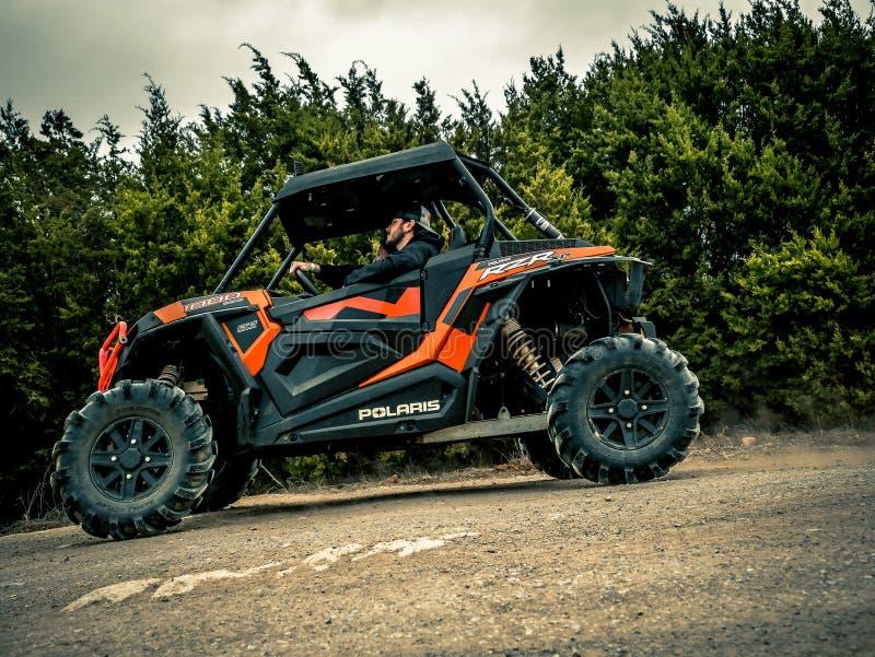 Orange Jeep Rock Crawling arkivfoto