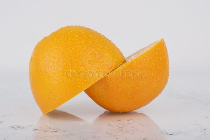 Orange juteuse fraîche sur le blanc photos libres de droits