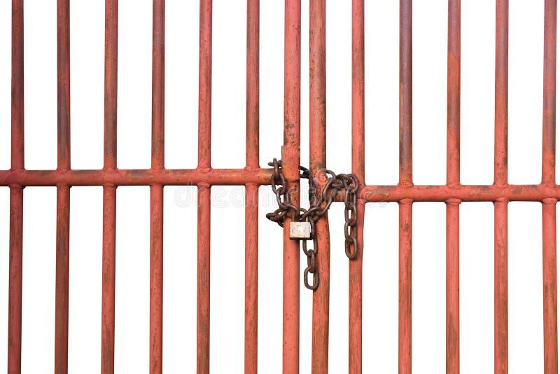 Orange Käfigtür mit Ketten- und Verschlussisolat auf weißem Hintergrund lizenzfreie stockfotografie