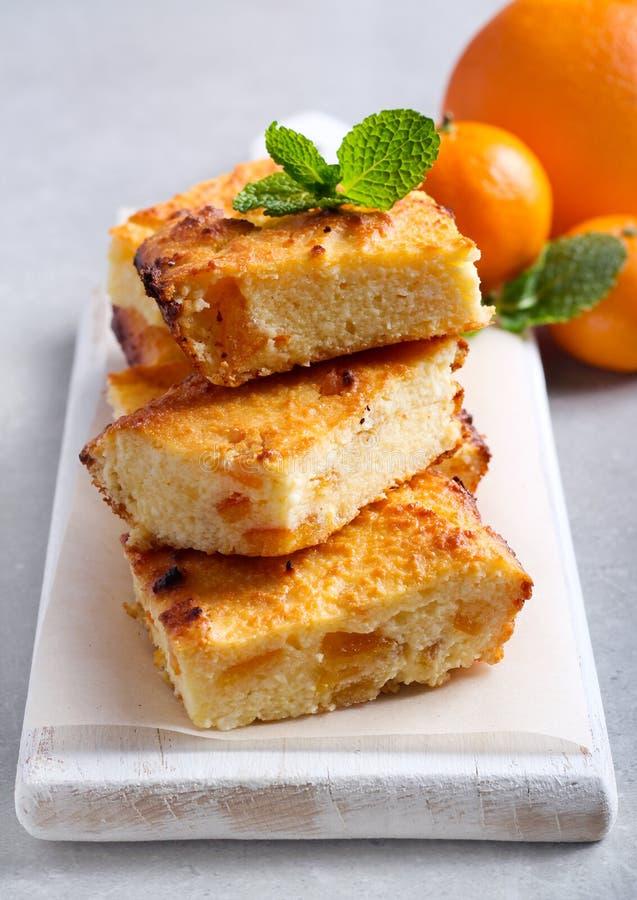 Orange Käsekuchenscheiben an Bord lizenzfreie stockfotos