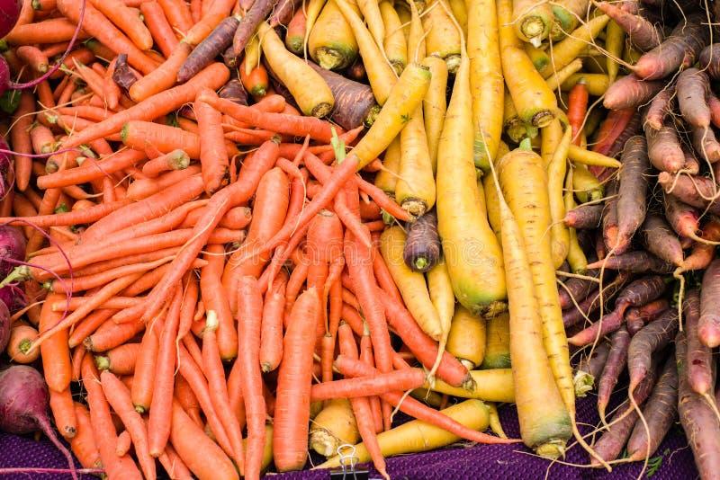 Orange Karotten am Markt stockbilder