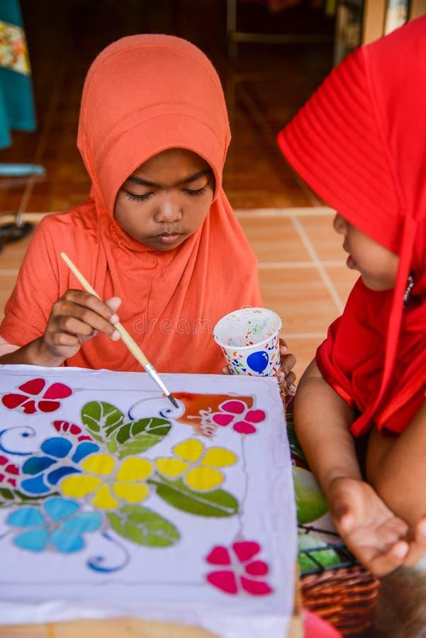 Orange Kleidermädchenmalerei auf Batikgewebe, wenn rot, kleiden Mädchen lizenzfreies stockbild