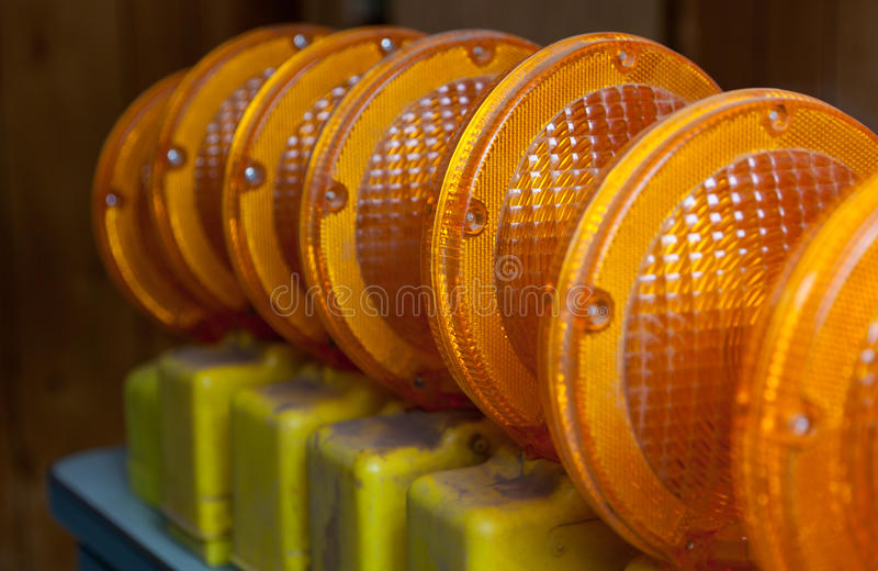 Orange konstruktionslampor arkivfoton