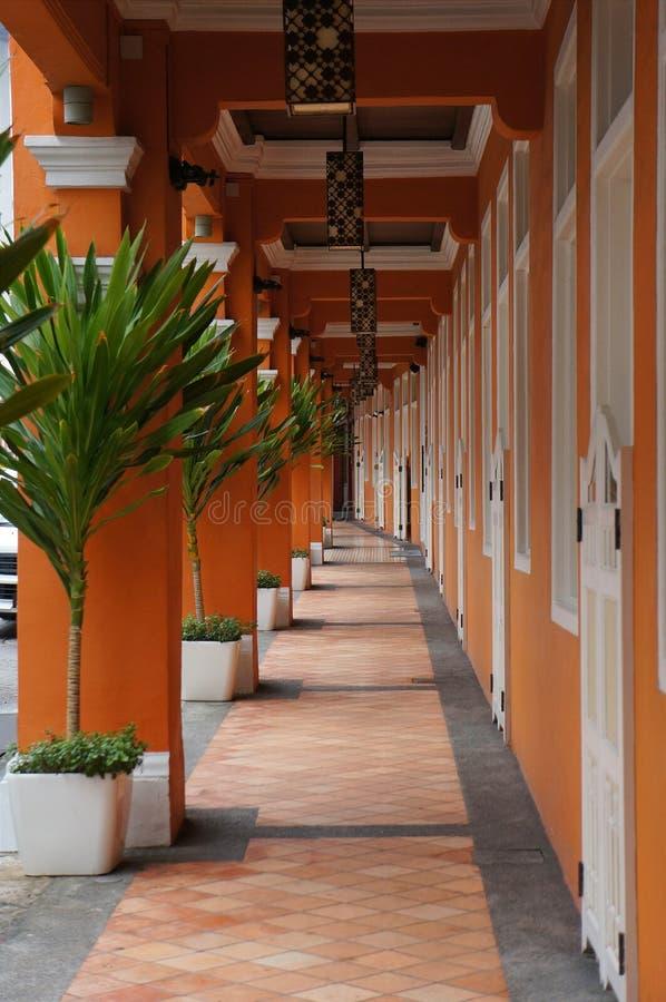 Orange korridor i kineskvarter royaltyfria bilder