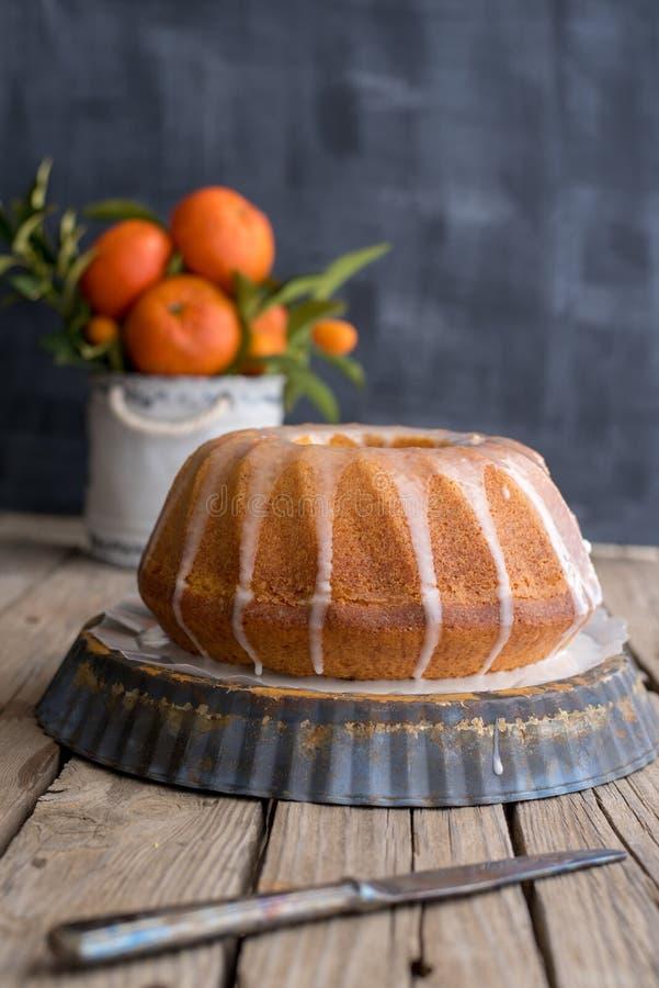 Orange Kuchen auf hölzernem Hintergrund lizenzfreie stockfotos