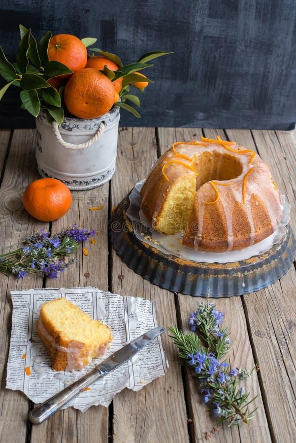 Orange Kuchen auf hölzernem Hintergrund lizenzfreies stockfoto