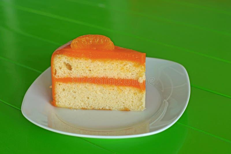 Orange Kuchen auf weißer Platte stockbild
