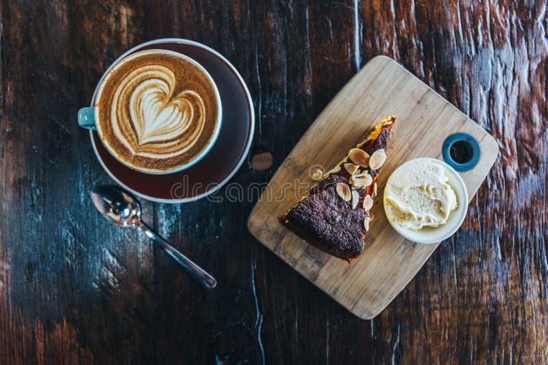 Orange Kuchen der Mandel mit Kaffeetasse stockbilder