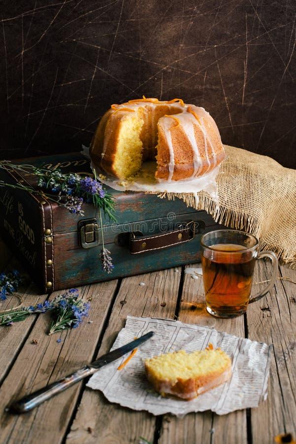 Orange Kuchen mit Retro- Stimmung auf einer alten Tasche stockbild