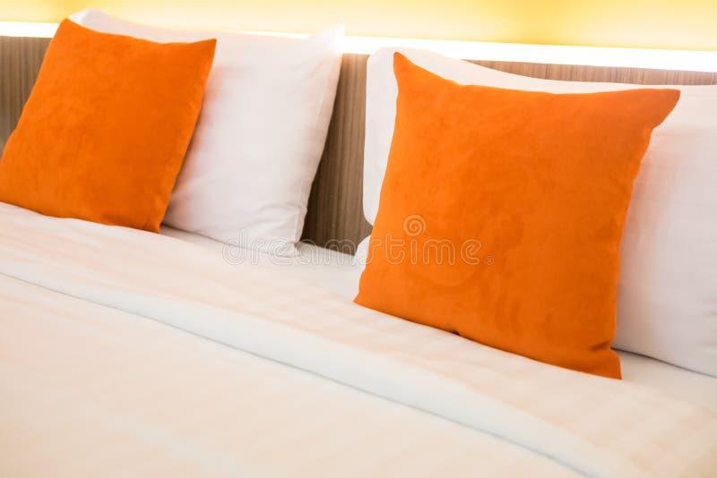 Orange kudde på sänggarnering i sovruminre fotografering för bildbyråer