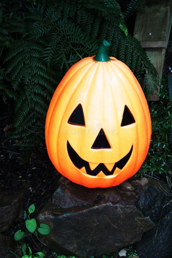 Orange lächelnder Halloween-Charaktergesichtskürbis stockbild