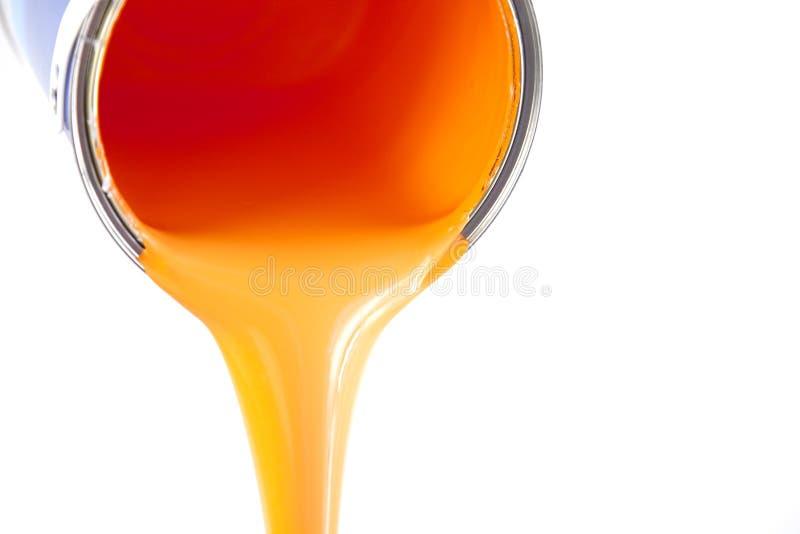 Orange Lack fließt von der Wanne stockbilder