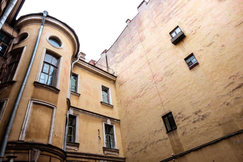 Orange lebendes Gebäude mit einigen Fenstern stockbild