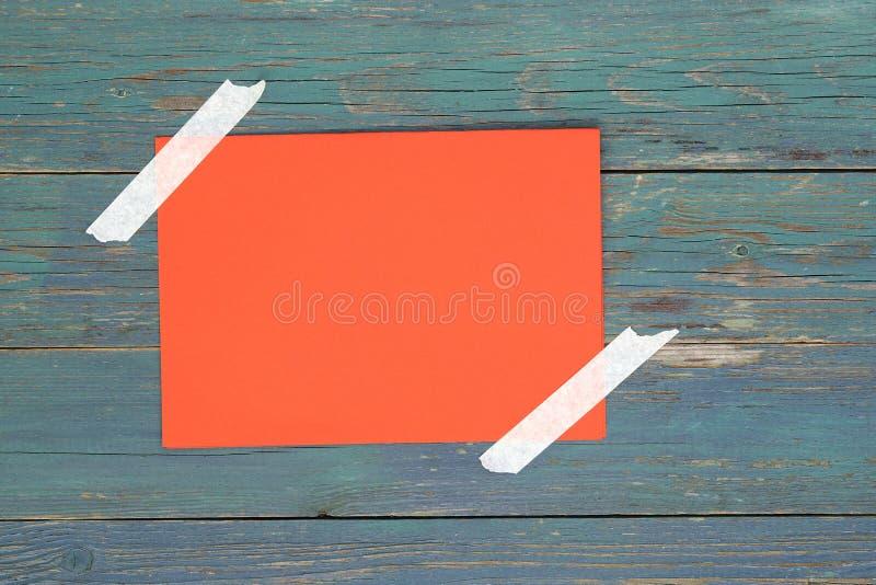 orange leeres Papier auf Holz lizenzfreie stockfotos