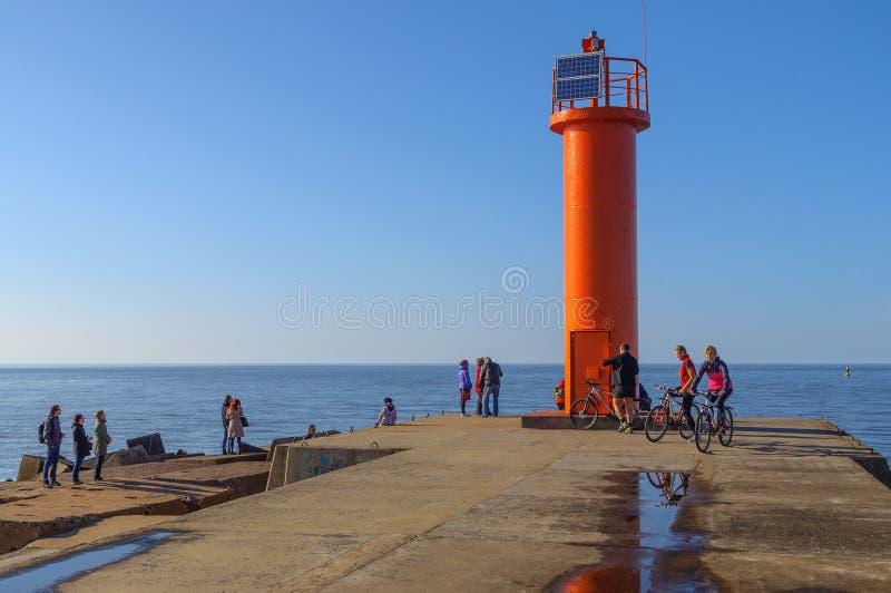 Orange Leuchtturm am sonnigen Tag lizenzfreie stockfotos