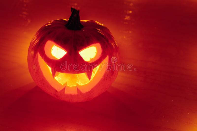 orange Licht des Jack-O-Laternenkürbises, Halloween-Hintergrund stockbild