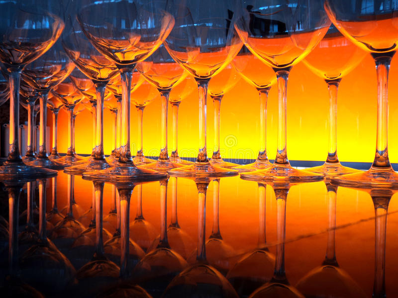 Orange Lichter der Weingläser stockfoto