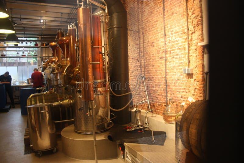 Orange Lichter in einem Innenraum einer Brennerei Arbeitsmaterialien, zum von Alkoholen zu produzieren Industrie und Maschinerie stockbild