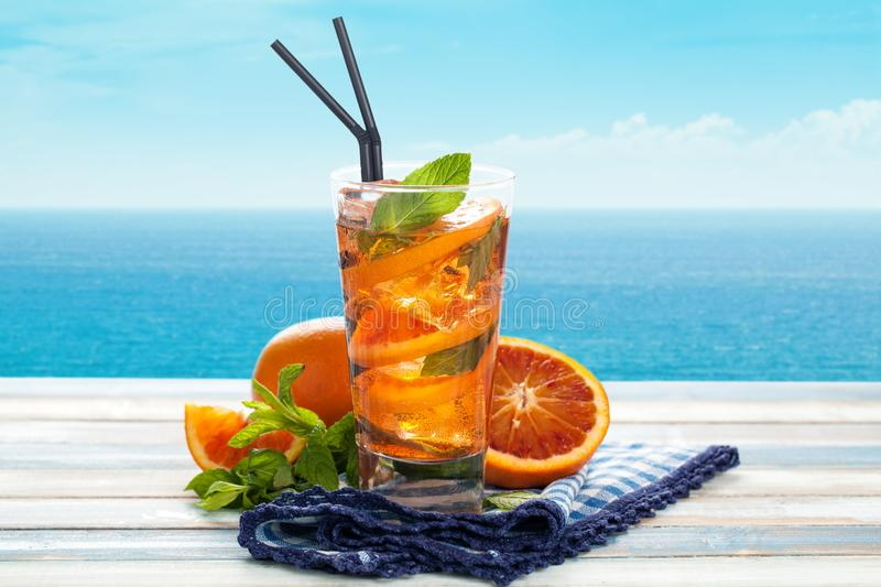 Orange Limonade mit Minze lizenzfreies stockbild