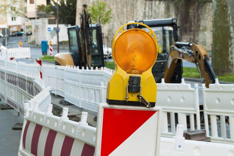 Orange ljus för konstruktionsgatabarriär på barrikaden Vägen lurar arkivbild