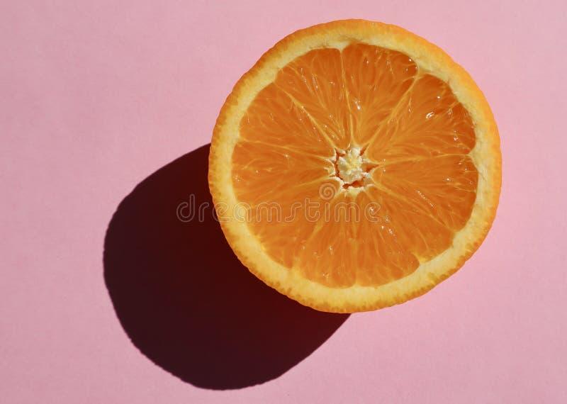 Orange lumineuse sur Pale Pink Background photos libres de droits