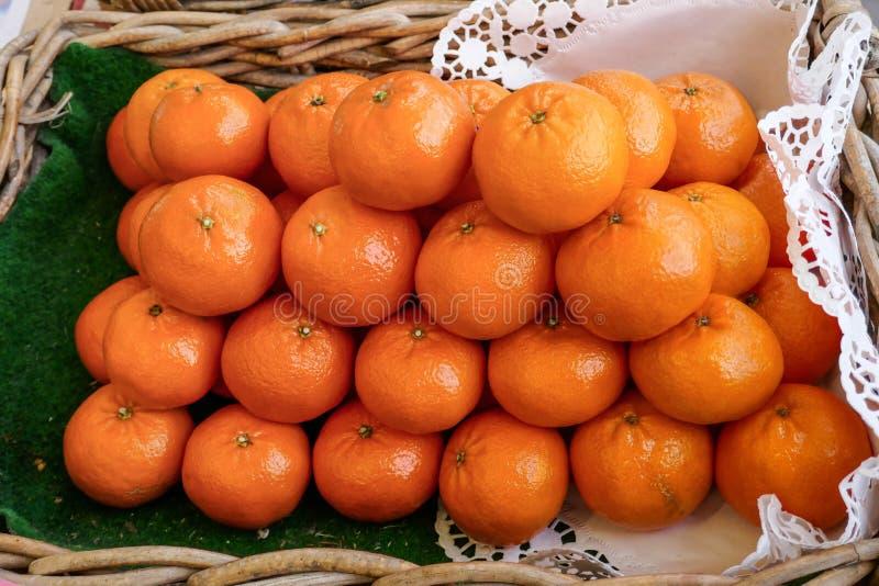 Orange Mandarinen-Stapel in einem Korb, voll von der Frische und von den Vitaminen lizenzfreies stockfoto