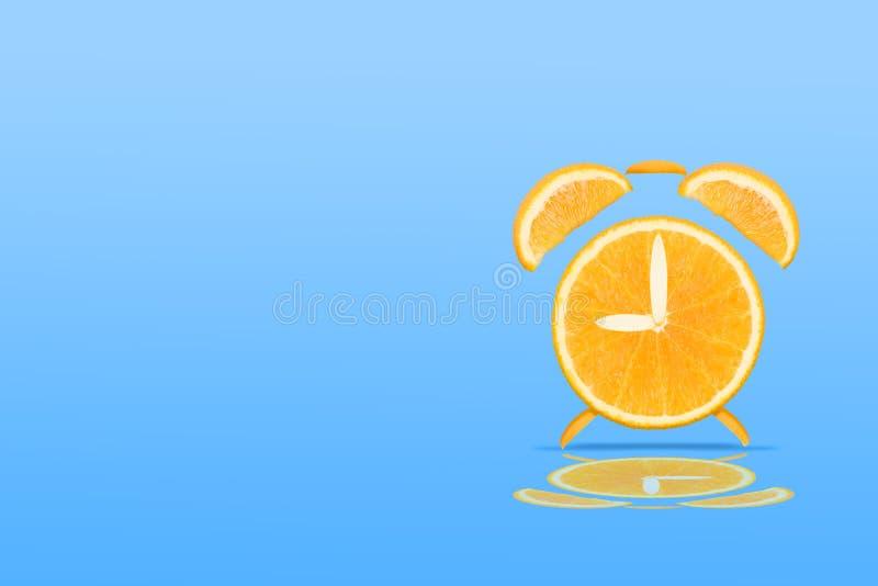 Orange mandarinfrukt som är idérik för klockabegrepp royaltyfri foto