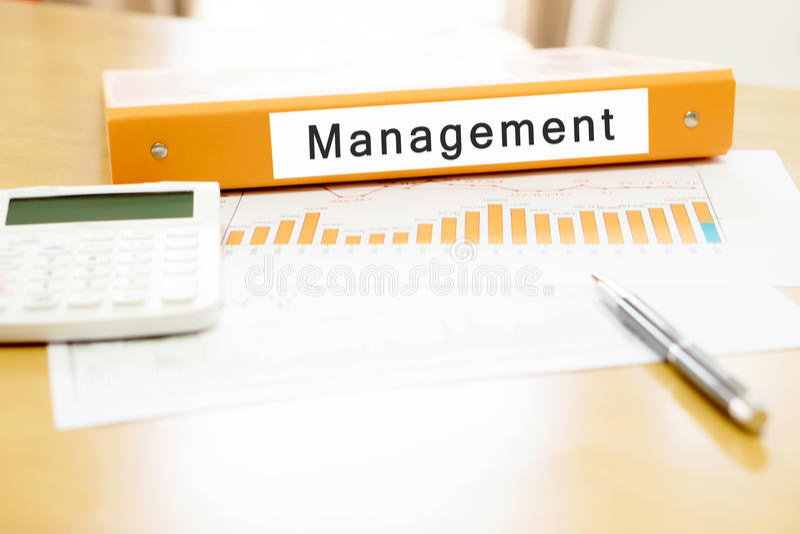 Orange Mappe auf Schreibtisch im Büro mit Taschenrechner lizenzfreies stockfoto