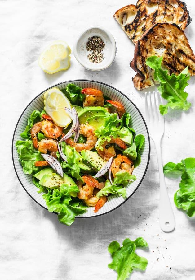 Orange marinierte Garnelen, Avocado, Gartenkrautsalat - köstlicher gesunder Snack, Aperitifs, Tapas auf einem hellen Hintergrund, lizenzfreies stockfoto