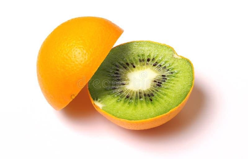 Orange med kiwiinsidan som isoleras på white. royaltyfri foto