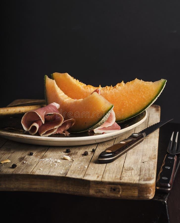 Orange melon med prosciuttoen royaltyfria bilder