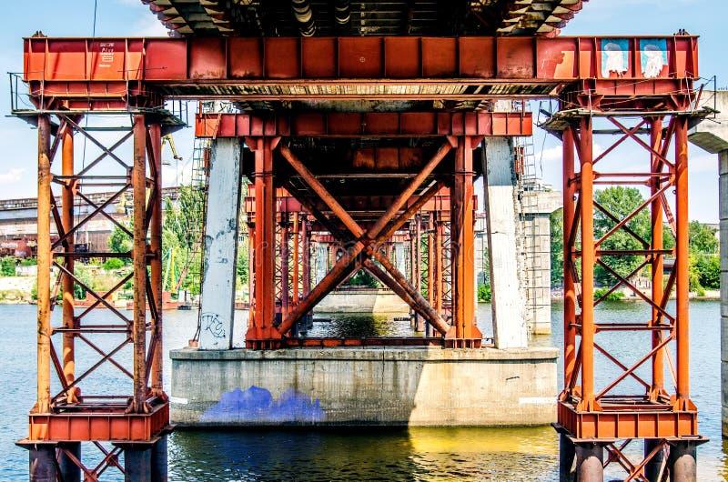 Orange Metallunterstützungen der Fischenbrücke über dem Fluss Dnieper stockbilder