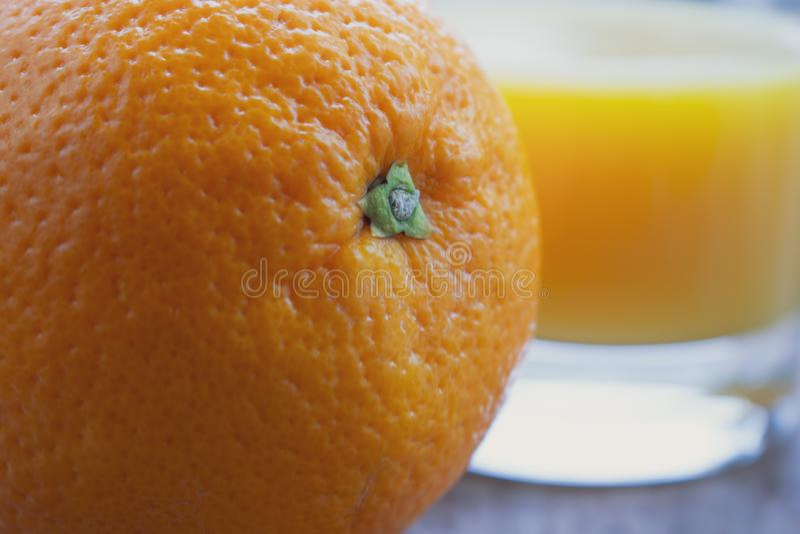 Orange mit frischem Orangensaft stockfotografie