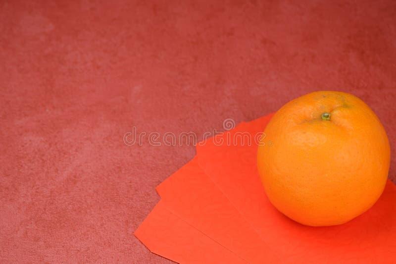 Orange mit Umschlag im Chinesischen Neujahrsfest lizenzfreies stockbild
