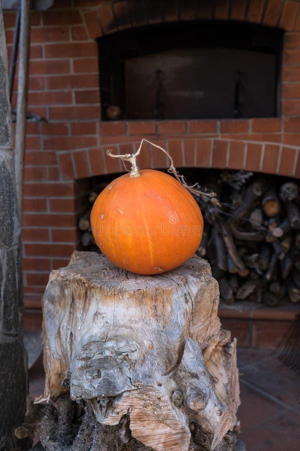 Orange och stor pumpa för garnering eller kök arkivfoto