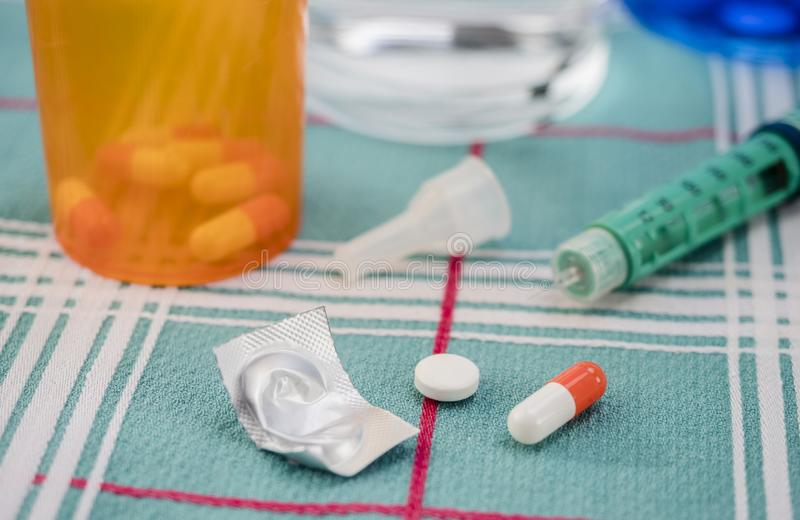 Orange och vit kapsel längs utmatare av insulin, begreppsmässig bild fotografering för bildbyråer
