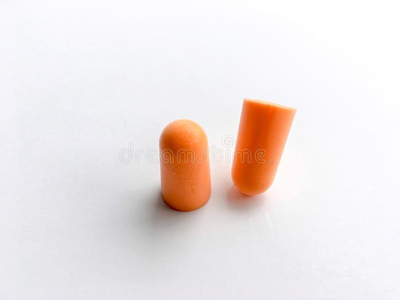 Orange Ohrenstöpselausrichtung auf weißem Hintergrund lizenzfreie stockfotos