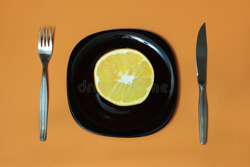 Orange, Platte, Gabel, Messer lizenzfreies stockbild