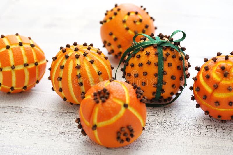 Orange pomanderbollar för kryddnejlika arkivbild