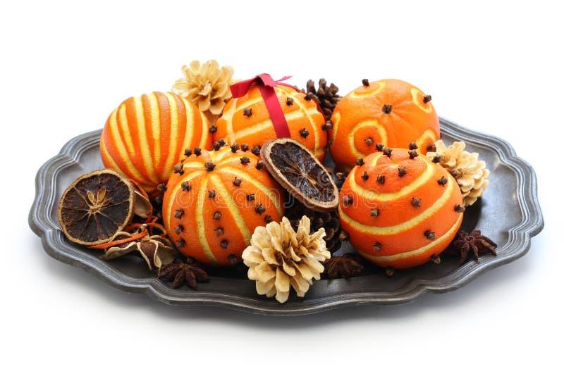 Orange pomanderbollar, jultabellgarnering fotografering för bildbyråer