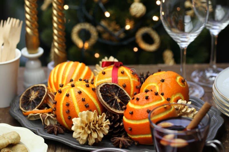 Orange pomanderbollar, jultabellgarnering arkivfoton