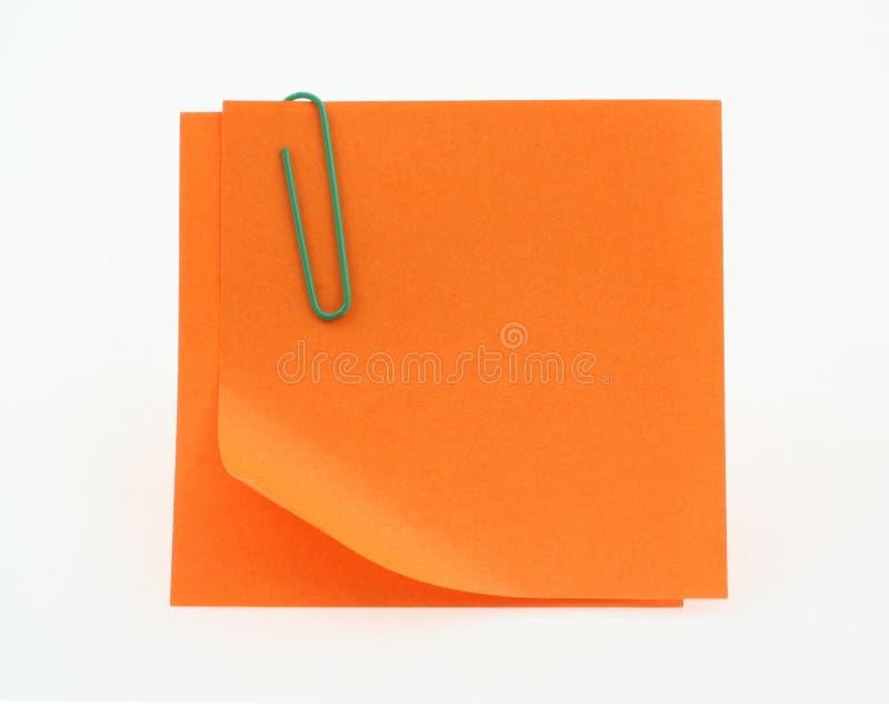 Orange Post-Itanmerkungen mit einer verbogenen Ecke auf Weiß stockfotografie
