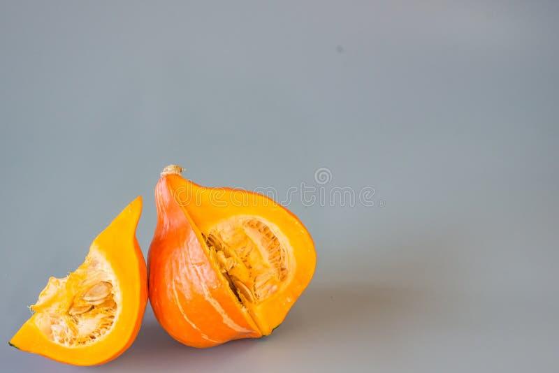 Orange pumpa på Grey Background royaltyfri bild
