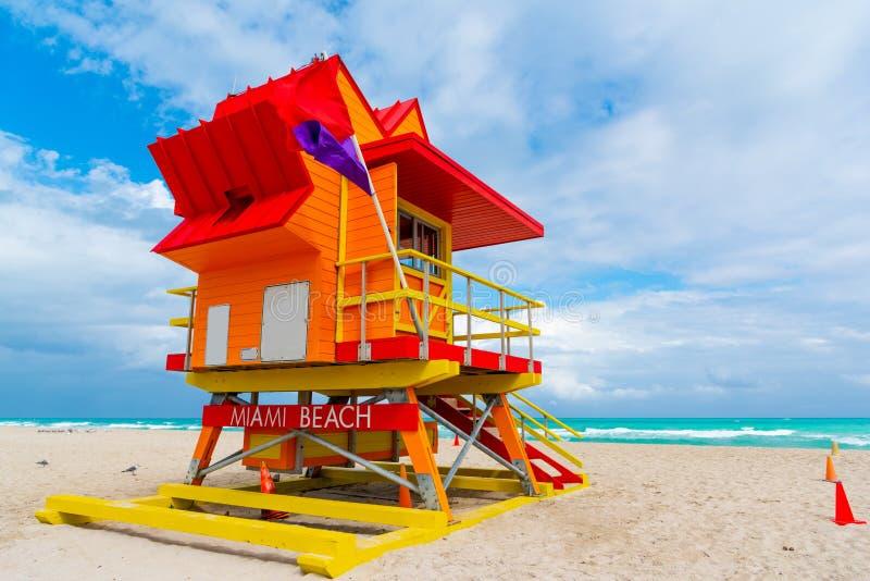 Orange, rött och gult livräddaretorn i världen berömda Miami Beach royaltyfria bilder