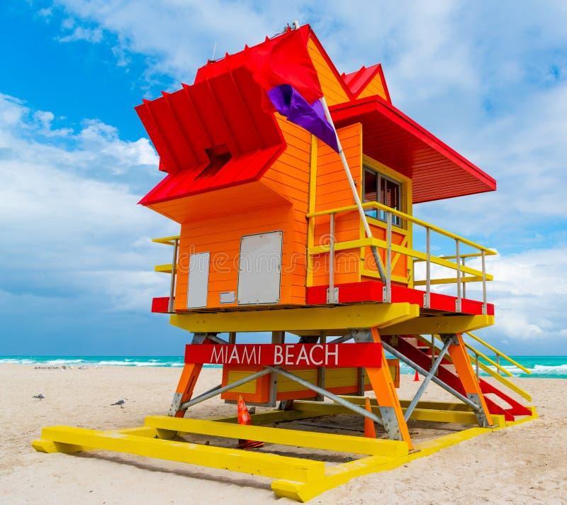 Orange, r?tt och gult livr?ddaretorn i Miami Beach royaltyfri fotografi