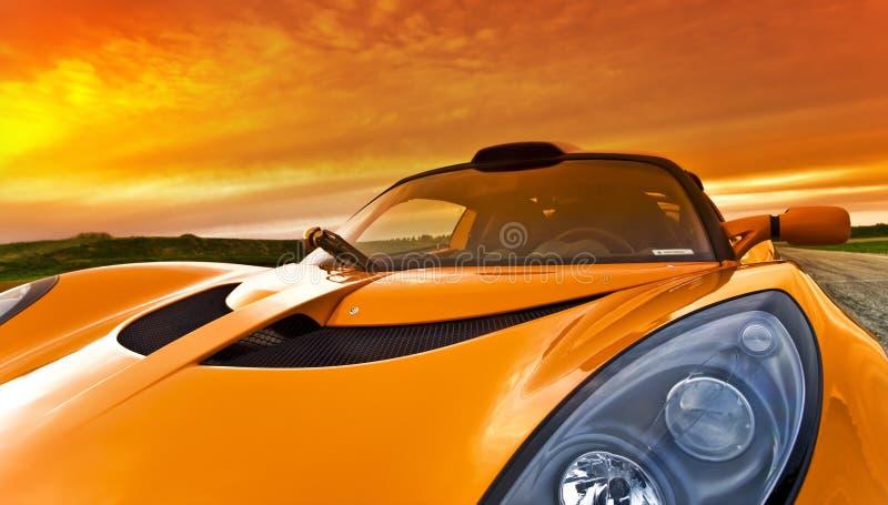 Orange racerbil royaltyfri foto