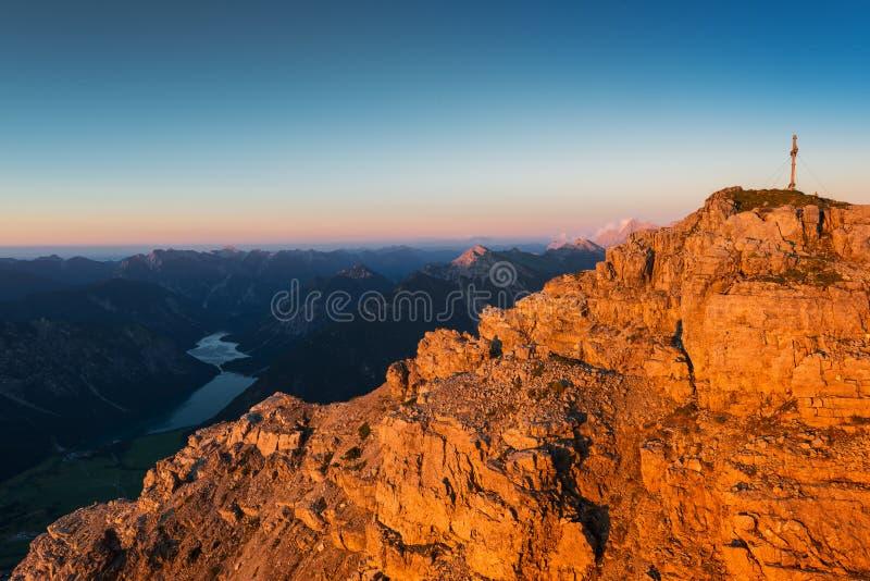 Orange raue Felsen des Berges bei Sonnenuntergang beleuchten lizenzfreie stockbilder