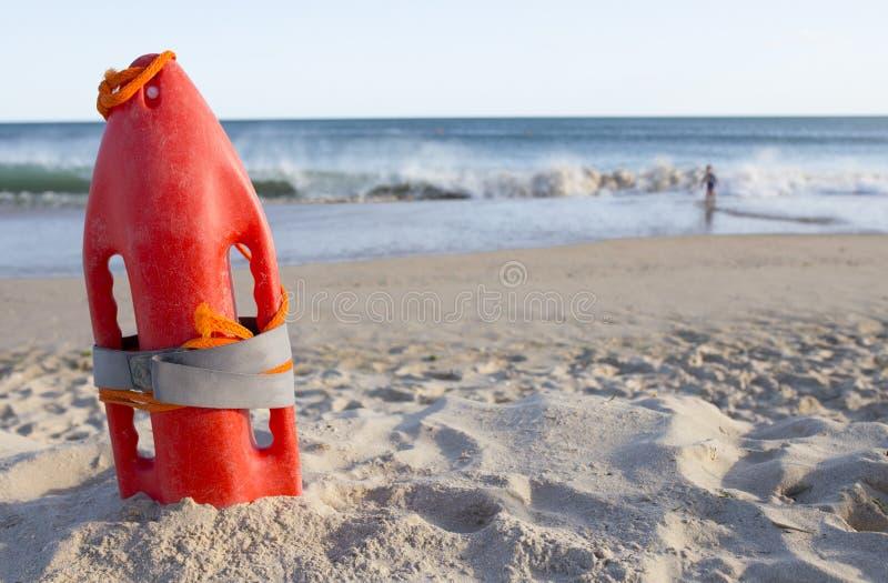 Orange Rettungsboje gepflanzt auf Sandstrand Wenig Junge nah an Th stockfoto