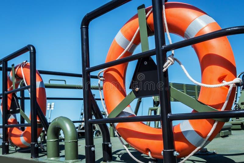 Orange Rettungsleine auf der Plattform des Bootes stockfotos