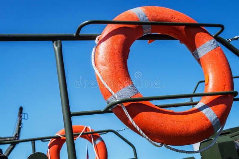 Orange Rettungsleine auf der Plattform des Bootes stockfotografie